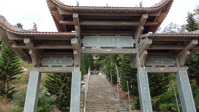 Cổng dẫn lên chùa núi Tà Cú Bình Thuận
