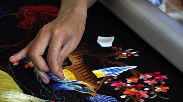 Các làng nghề truyền thống ở Hà Nội: Làng thêu Quất Động - Vietflavour