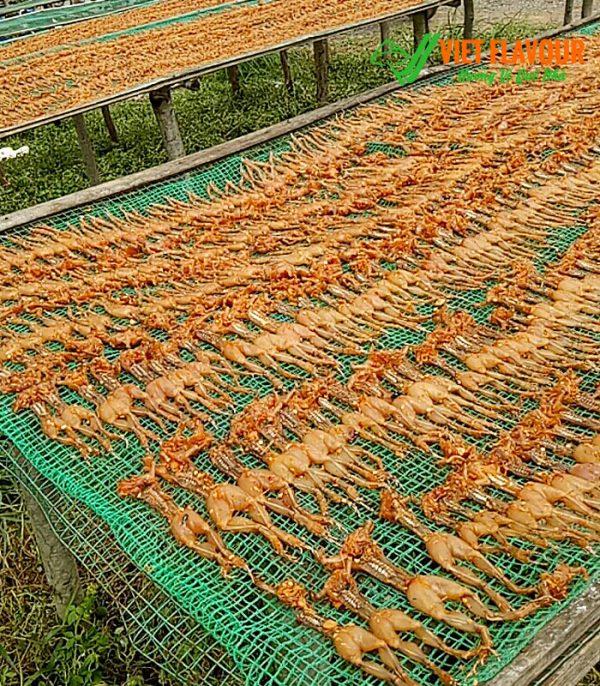 Khô nhái được phơi khô sau khi làm sạch và tẩm ướp gia vị giúp tăng hương vị cũng như giữ được vị ngọt của nhái đồng tự nhiên của vùng Đồng Tháp Mười. Cơ sở sản xuất có chứng nhận VSATTP - Điện thoại 039 929 5868